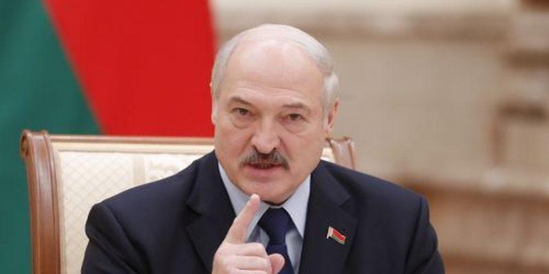 """Лукашенко: """"Я поки живий і не за кордоном"""""""