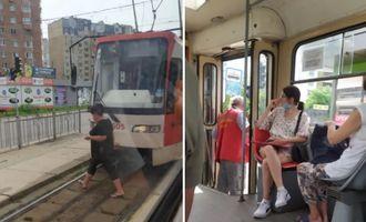 В Киеве водитель трамвая потерял сознание прямо за рулем