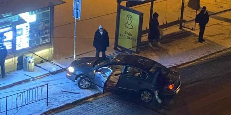 У Львові автомобіль зніс огорожу і втік з місця ДТП