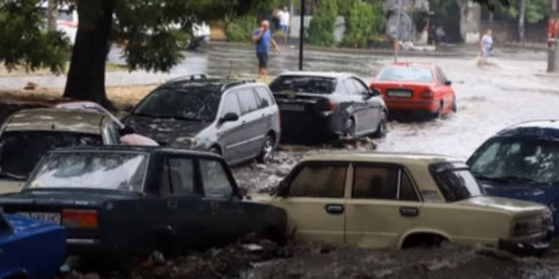 В Одессе апокалипсис: воды по пояс, повалены деревья, нет света - такого не было 8 лет