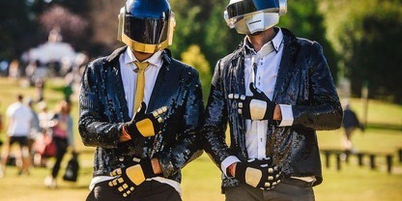 Люди прощаются с Daft Punk, а вы не знаете, кто это? Да ладно вам, просто включите эти треки - их знают все/Вспоминаем знаковые песни и клипы французов