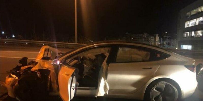 Tesla на автопілоті з собакою всередині протаранила поліцейських і поїхала геть