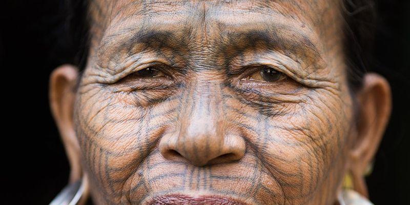 Кто в мире украшает свои лица татуировками?