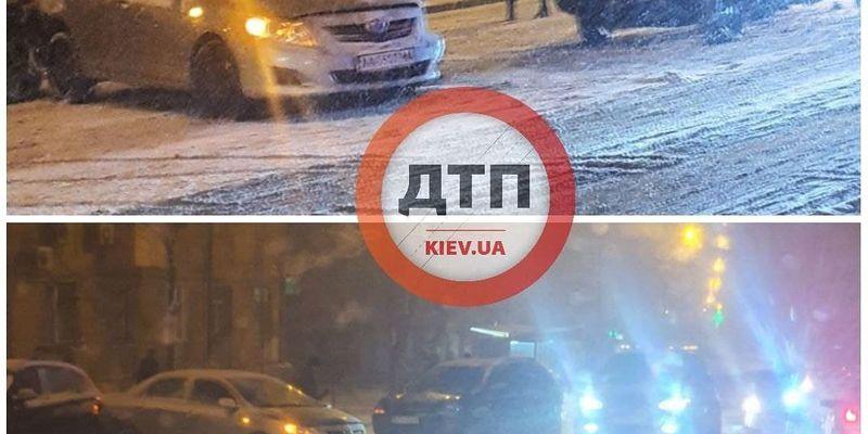 В Киеве произошло масштабное ДТП на заснеженной дороге: на месте много медиков, фото