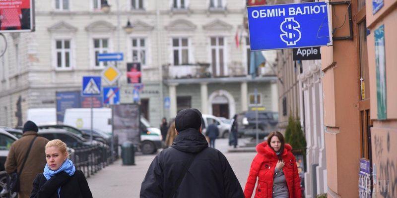 В Украине начал подешеветь доллар