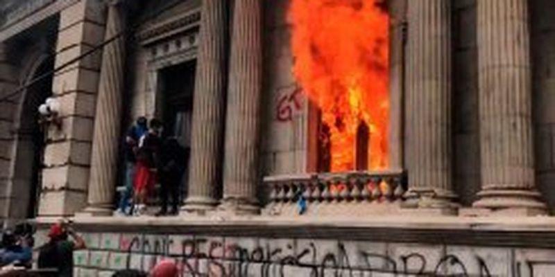 В Гватемале недовольные бюджетом демонстранты подожгли парламент