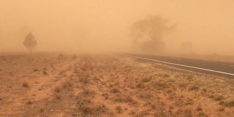 В Австралии выпал дождь из грязи: машины и реки поменяли цвет