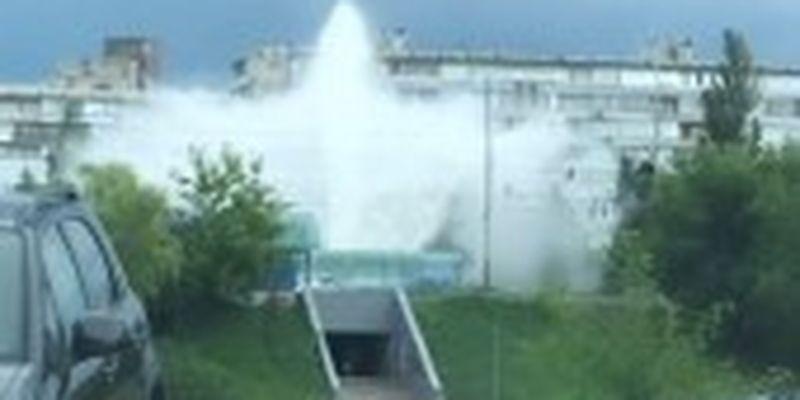 Вода била фонтаном: у Києві під час випробувань сталась аварія на тепломережі