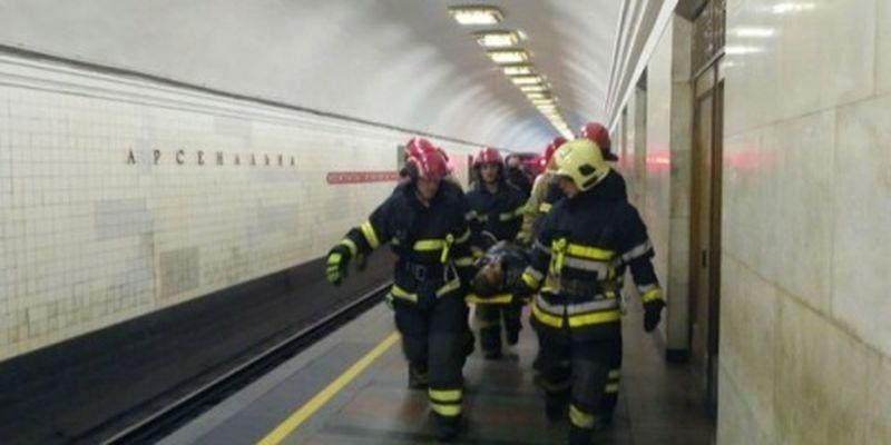 Пассажир упал под поезд метро: пострадавшим оказался 19-летний парень