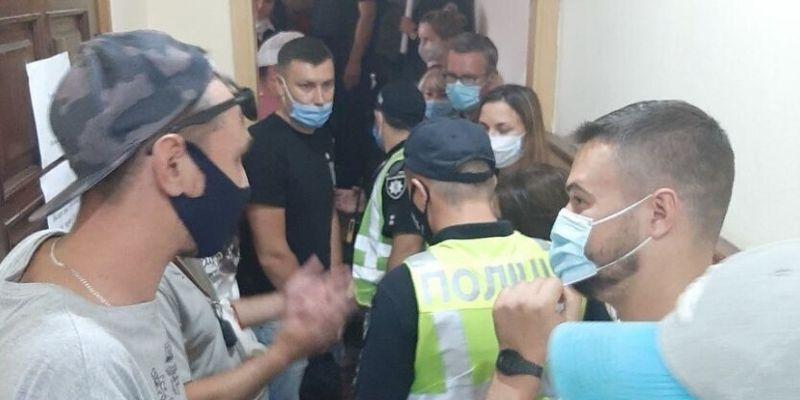 Киевляне взбунтовались против эвакуации авто, пришлось вызывать копов