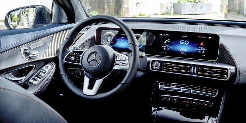 """Відповідь """"вбила"""": в голосового помічника Mercedes-Benz спитали, що він думає про Tesla"""