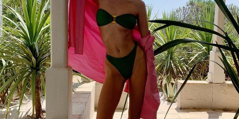 Ближе к воде: какие купальники носят этим летом Эмили Ратаковски, Изабель Гулар, Настя Каменских и другие звезды