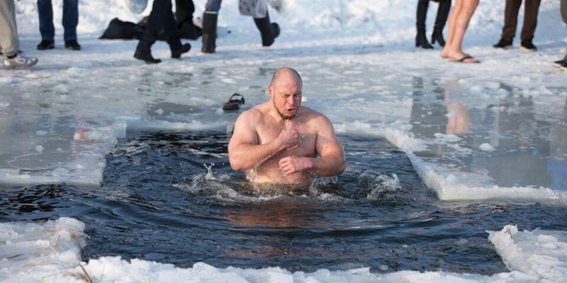 Медики рассказали, кому опасно окунаться в прорубь на Крещение