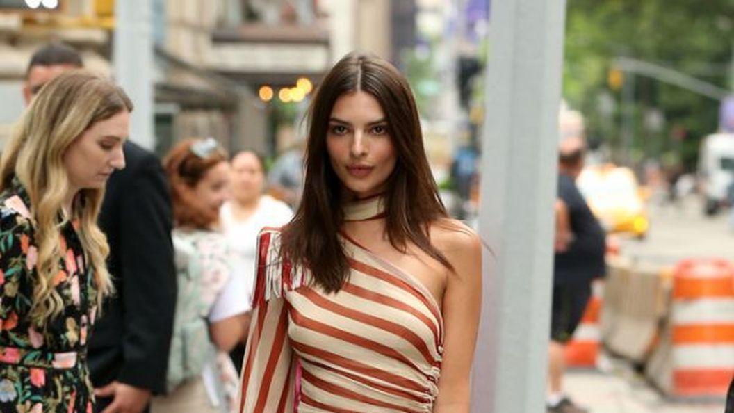 Емілі Ратажковскі позувала папарацці у асиметричній сукні
