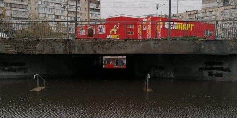 В Киеве затопило переходы, машины глохнут посреди дороги