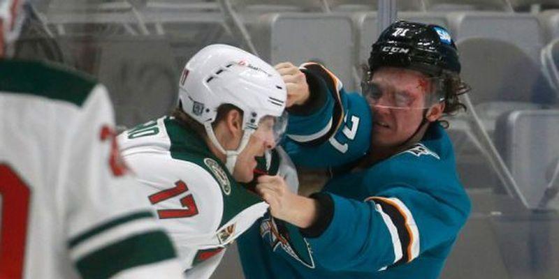 Пристрасті на льоду: російському хокеїсту розбили обличчя в його першій бійці в НХЛ