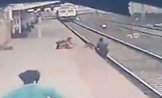 За секунду до верной гибели: в Индии мужчина спас ребенка от поезда и стал местным героем