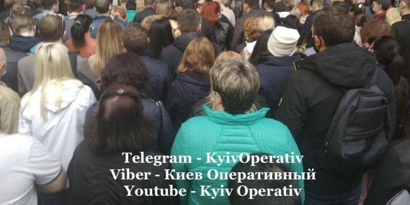 """В сети показали переполненную станцию столичного метро: киевлян просят ее """"не штурмовать"""""""