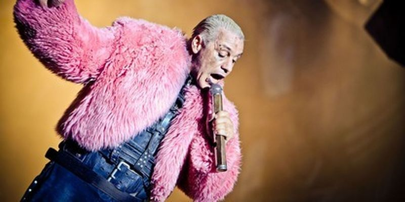 """Тилль Линдеманн из Rammstein запел на русском - нет, не одну строчку, а целую песню """"Любимый город""""/Эту песню в ГДР музыканту якобы пела мать"""