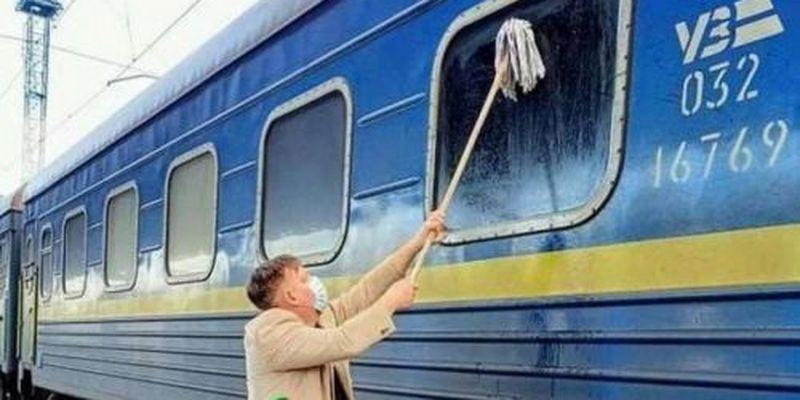 Датчанин попытался отмыть окно украинского поезда, но не смог