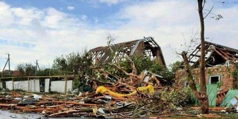 На Миколаївщині ураган повалив дерева та пошкодив десятки дахів