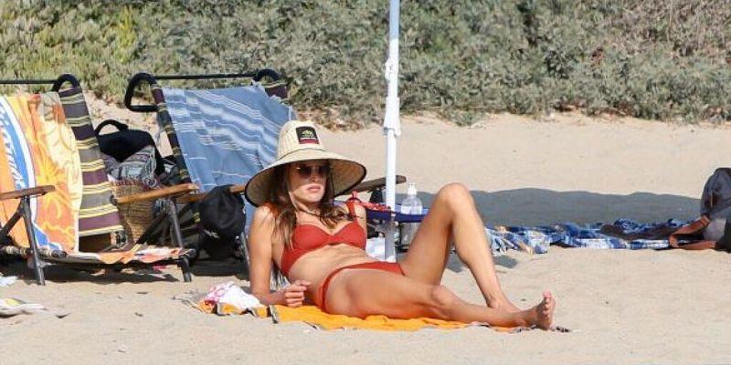 Звездный уикенд: 39-летняя Алессандра Амбросио в сексуальном купальнике попала в кадр к папарацци