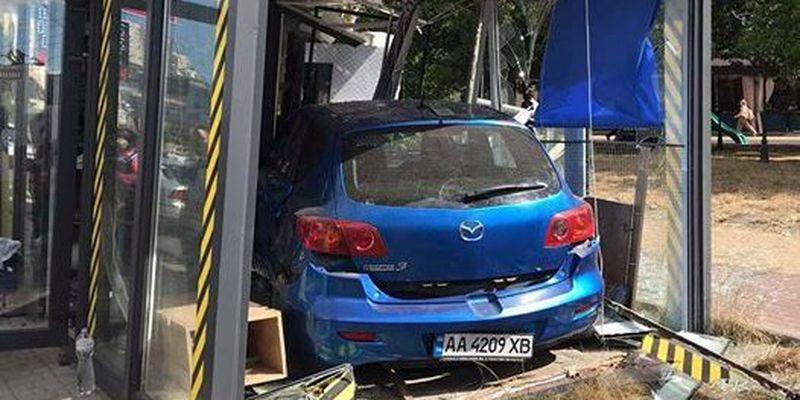 У Києві автівка розтрощила кав'ярню
