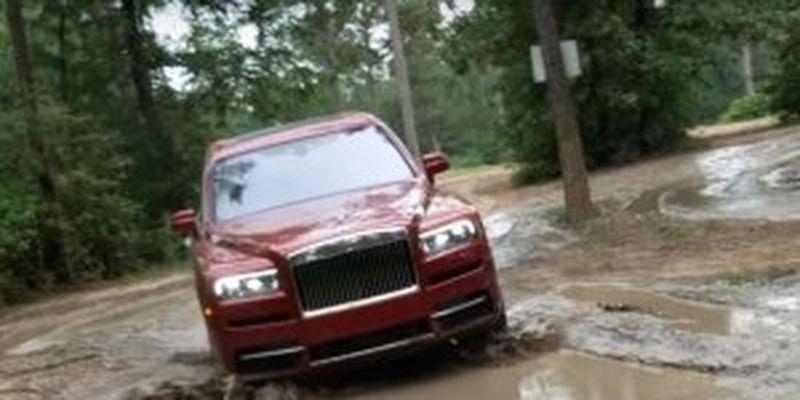 Ничего интересного. Просто Rolls-Royce Cullinan в украинском селе