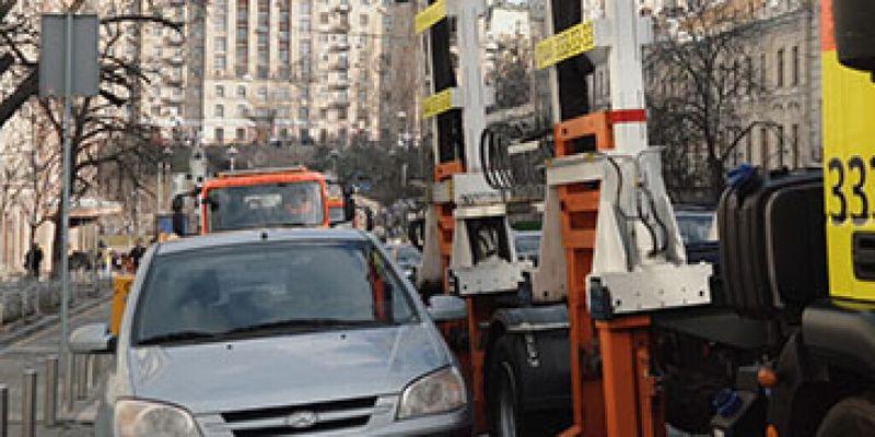 В центре Киеве автомобиль депутата увезли на эвакуаторе