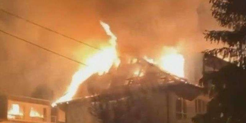 В Киеве серьезный пожар на ДВРЗ — загорелась крыша здания