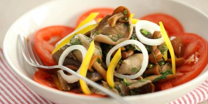 Легкий овощной салат с маринованными грибами