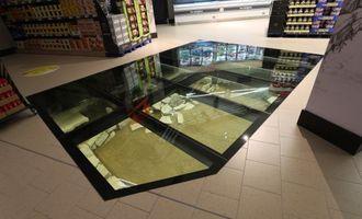 Супермаркет-музей: у Дубліні під скляною підлогою магазину покупці можуть побачити залишки тисячолітнього будинку вікінгів