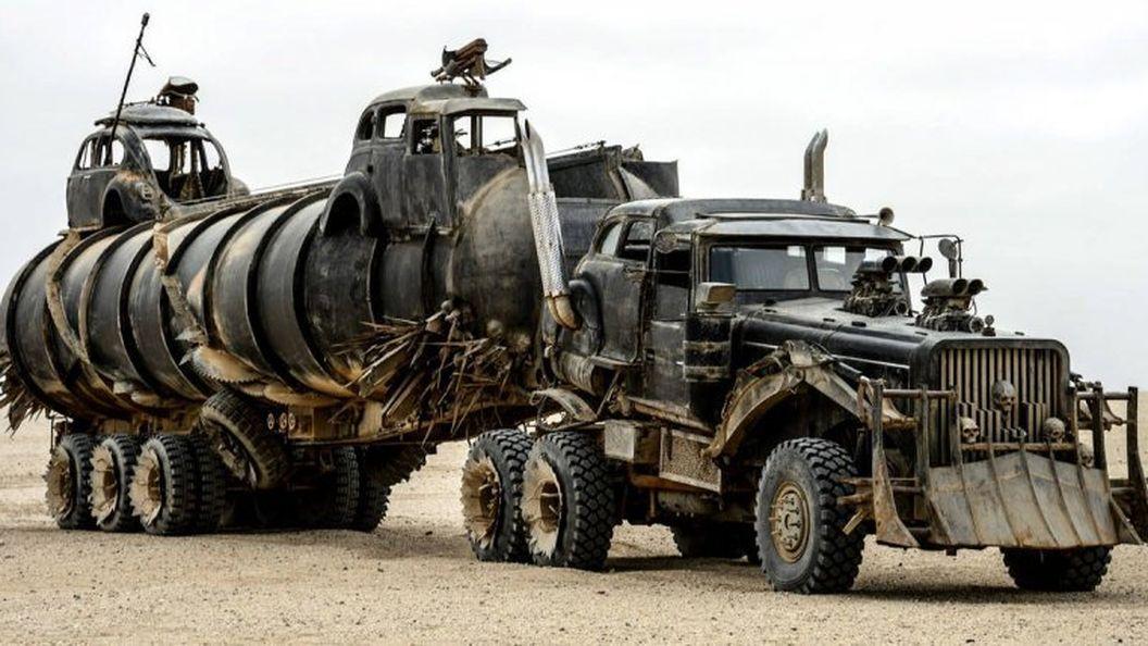 Механик создает крутые авто в стиле фильма 'Безумный Макс'