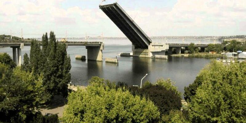 ЧП с мостом в центре Николаева: съехалась полиция, видео с места событий