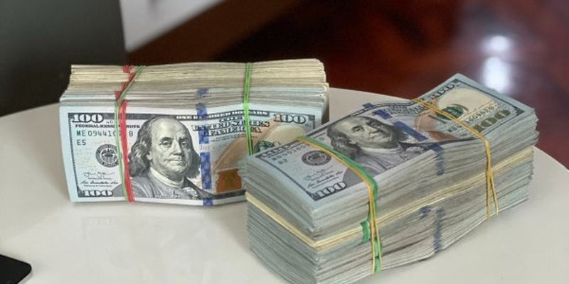 Українці масово продають валюту