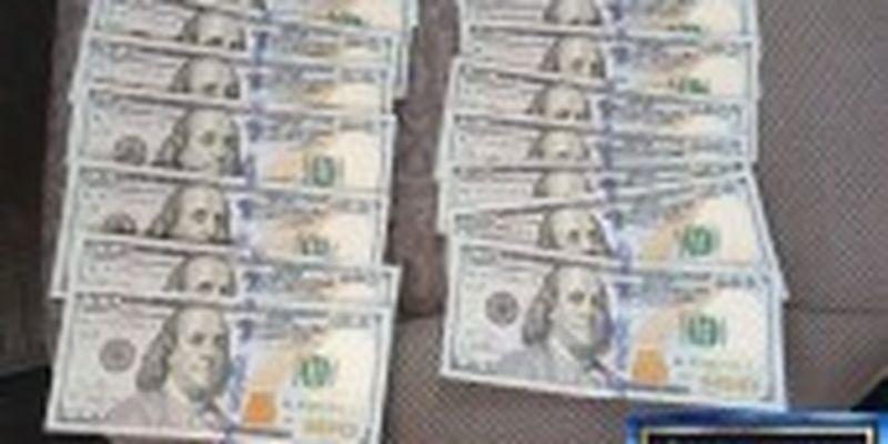 На Прикарпатті митник погорів на хабарі в 4,5 тисячі доларів