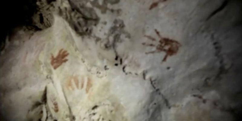 Археологи обнаружили в древней пещере майя загадочные отпечатки рук: фото