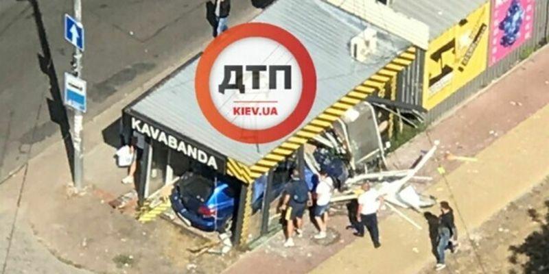 В Киеве легковушка влетела в кофейню на остановке: есть пострадавшие