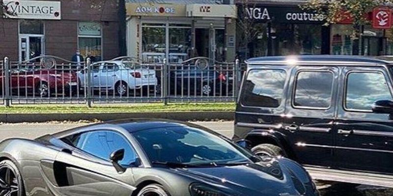 В Харькове на парковке увидели два дорогих суперкара
