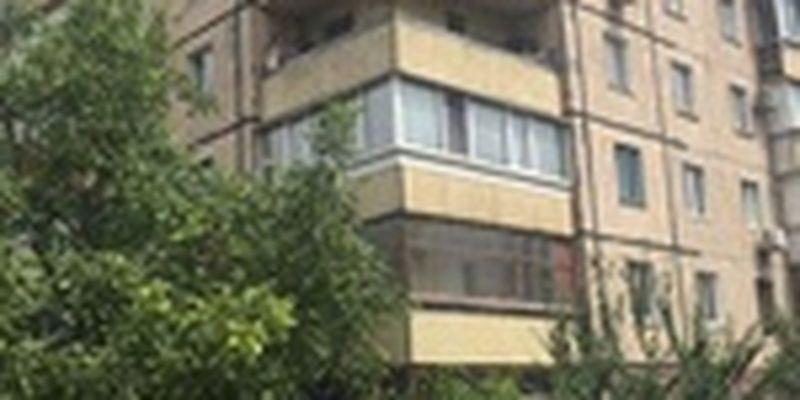 В Кривом Роге выпавшего из окна 2-х летнего малыша, пока мама работала на выборах, спасают в реанимации
