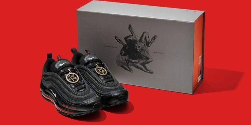 Производитель «сатанистских» кроссовок Nike согласился отозвать их из продажи
