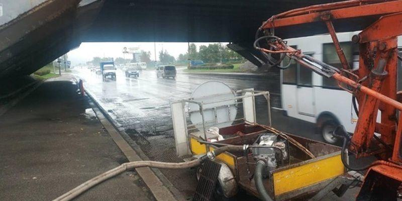 Сотни сотрудников Киевавтодора ликвидирую последствия потопа в столице