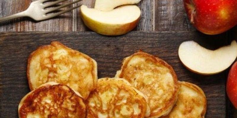 Оладьи с яблоками, творогом и медом: рецепт вкусного и нежного завтрака