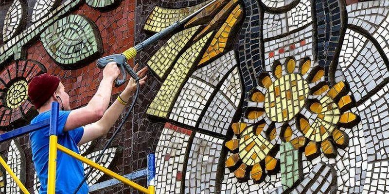 На Березняках вперше за 50 років відчистили мозаїку на спортклубі