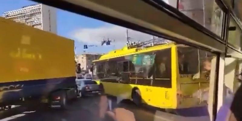 В столице на Левом берегу произошло масштабное ДТП с легковушкой, троллейбусом и грузовиком: движение ограничено