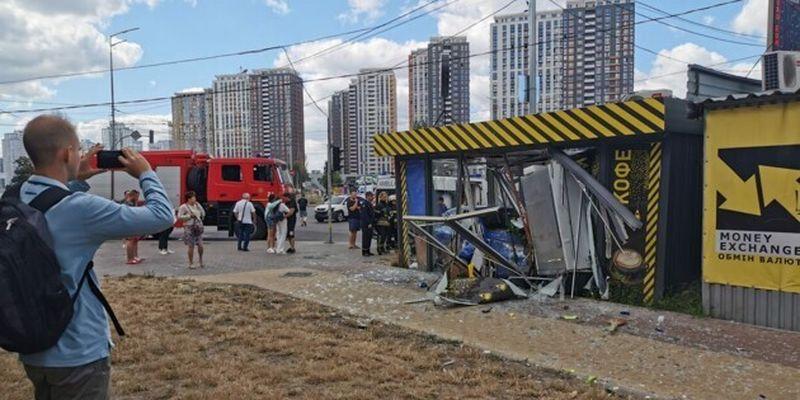 Появилось видео, как легковушка въехала в кофейню в Киеве: парень чудом успел отскочить от авто