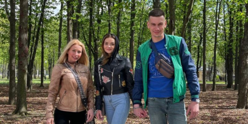 Теперь трио: к скованной цепью паре влюбленных из Харькова присоединилась девушка