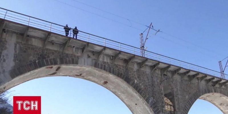 В Житомирской области подросток прыгнул с моста после ссоры с девушкой