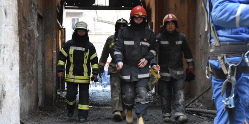 На месте пожара в Одессе разыскивают четырех человек