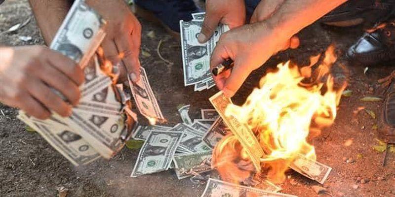 В банках и обменниках ужесточили требования к долларам: какие купюры не берут
